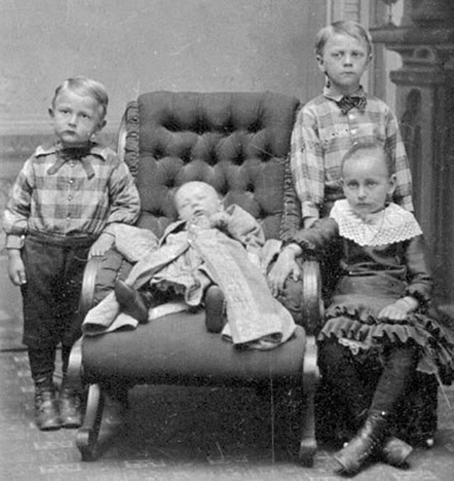 Děti pózují se svým mrtvým sourozencem