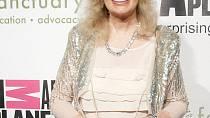 Roky dabovala Lorettu Swit, která hrála v seriálu M.A.S.H. Margaret Houlihan.