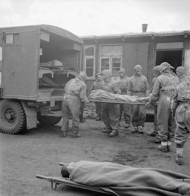 Převoz těžce nemocných vězňů tyfem po osvobození Bergen Belsenu.