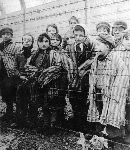 Židovské děti v koncentračním táboru. Hrůzy holokaustu se nevyhnuly ani dětem.