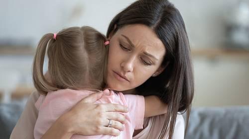 Váhá, zda opustit otce své jediné dcery.