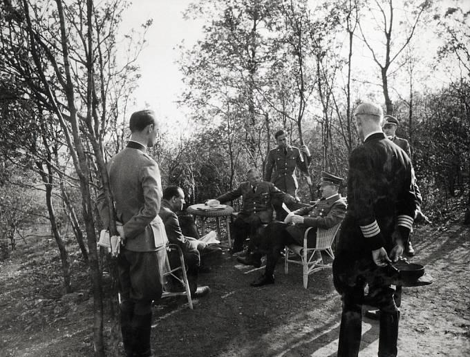 Dr. Karl Brandt, osobní lékař Adolfa Hitlera. Doprovázel ho u mnoha jednání.