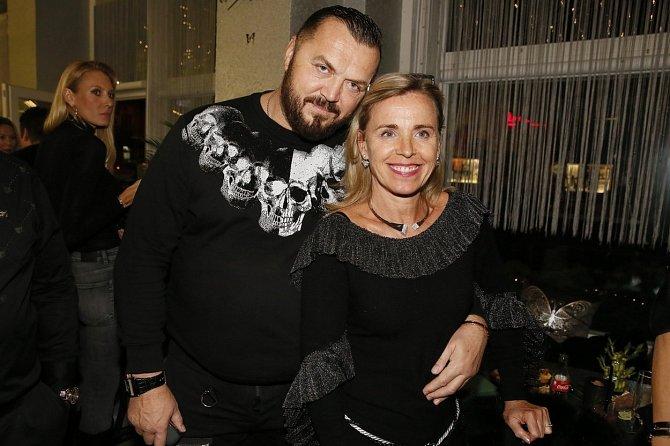 Podnikatel Jan Kočka má oporu ve své manželce, která věří v jeho nevinu.