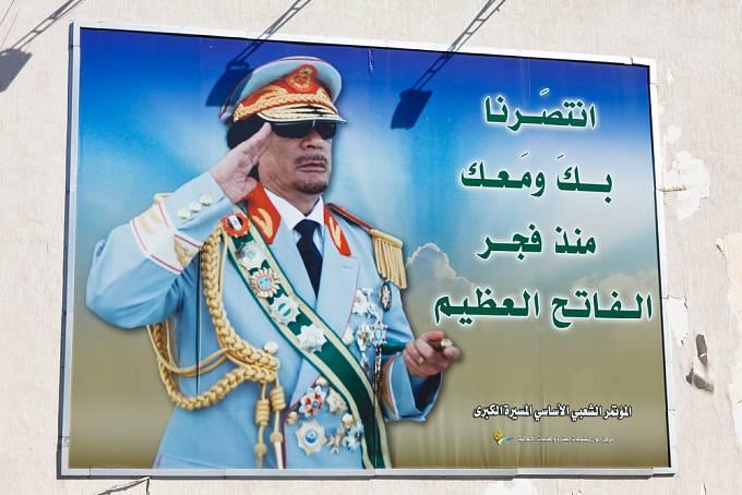 Muammar Kaddáfí na propagandistickém billboardu