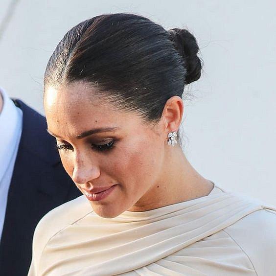 Vévodkyně Meghan s vlasy moc neexperimentuje.