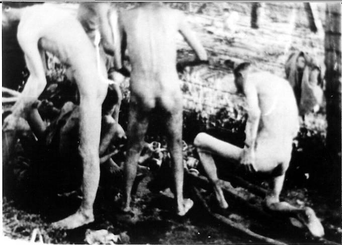 Vězni z koncentračního tábora Mauthausen. Vězni byli vystaveni nelidskému zacházení, byli naháněni do drátů nabitých elektřinou, usmrcováni petrolejovými injekcemi.