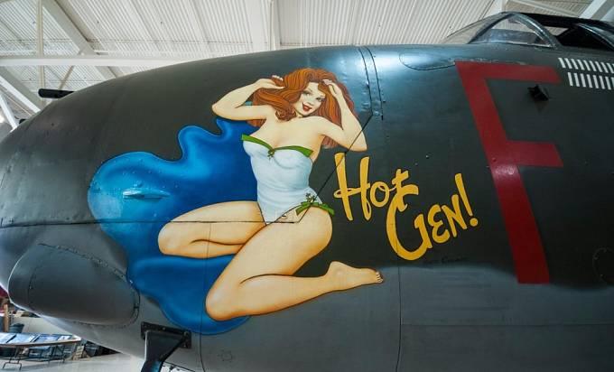 Dívky vyobrazené na bombardérech měly letcům přinést štěstí.