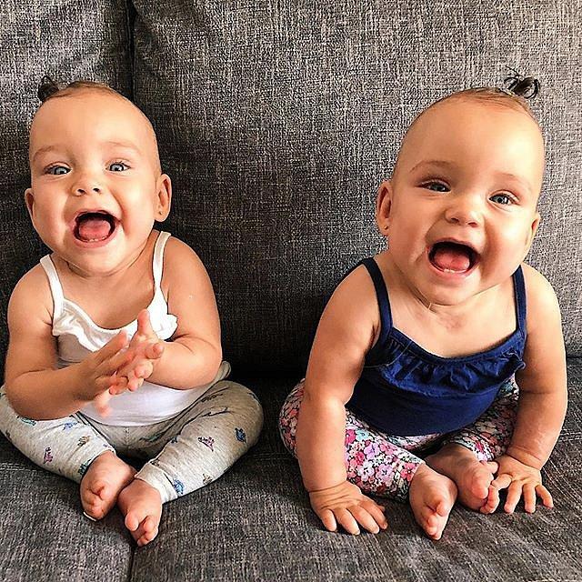 Dvojčata se narodila předčasně, po roce už to na nich není znát.