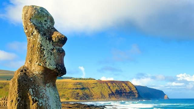Rozsáhlé Moai v Ahu Tongariki na Velikonočním ostrově v Chile
