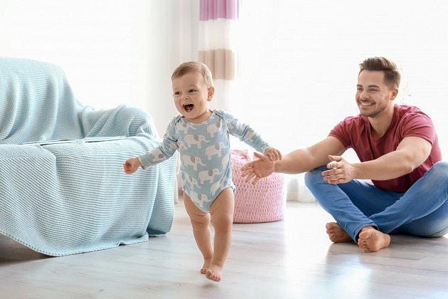 Přítel se často o dítě stará sám.