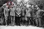 """Adolf Hitler s """"personálem"""", 1940, Allemagne. Dr. Karl Brandt v zadní řadě."""