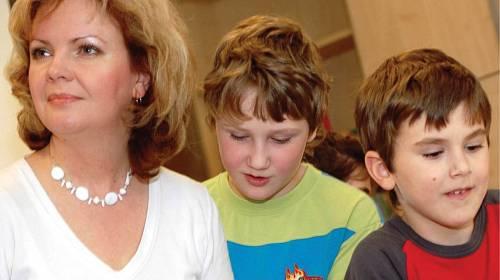 Týraní chlapci Ondřej (9 let, na snímku vpravo) a Jakub (11) s dnes již bývalou ředitelkou Klokánku Dittou Pokornou, Brno.