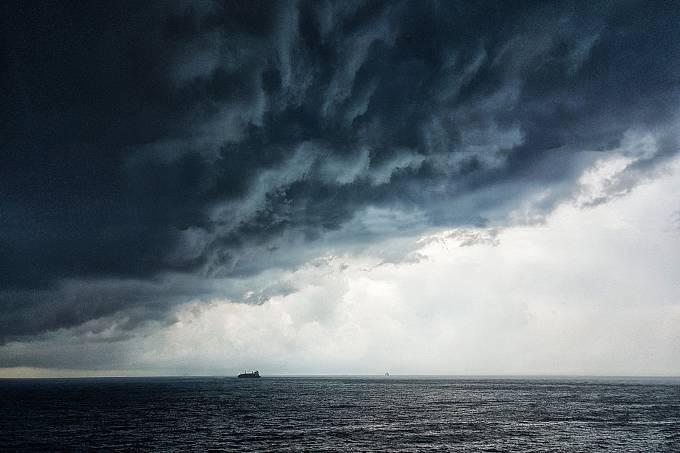 Zatímco na Zemi prší voda z mraků a zaplňuje řeky, jezera a oceány. Na Titanu mračna rozptylují uhlovodíky.