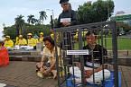 Oběti čínské diktatury jsou zavírány do stísněných klecí.
