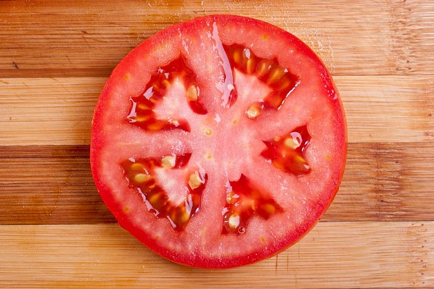 Plátek rajčete můžete vložit do substrátu jen tak.