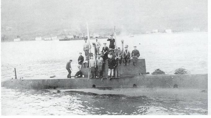 Velitel Egon Lerch s posádkou vjíždí do přístavu