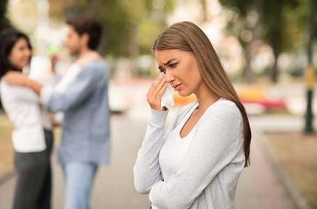 Po letech spokojeného vztahu manžel přiznal, že má milenku.