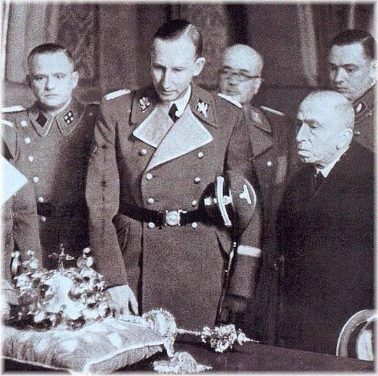 Emil Hácha předává Heydrichovi klíč od českých korunovačních klenotů