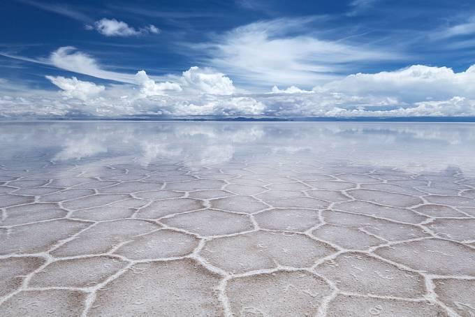 Když se změnilo klima, začala se voda s vysokou koncentrací soli vypařovat a zanechala za sebou krystaly soli, které zde vytváří tvary podobné hexagonům