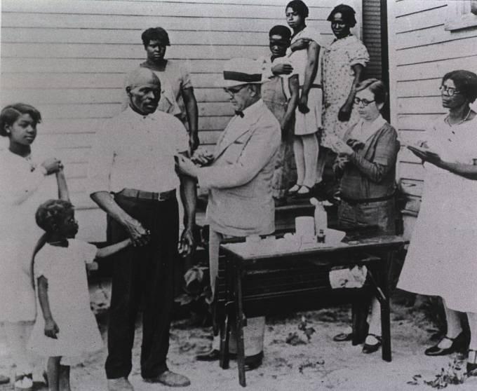 Fotografie zřejmě z roku 1930 zachycující očkování proti břišnímu tyfu.
