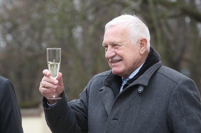 Václav Klaus byl vyšetřen v Ústřední vojenské nemocnici. Léčí se doma.