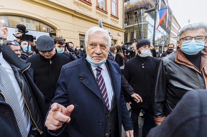 Exprezident Václav Klaus patřil mezi ty největší popírače toho, že je třeba covid řešit pomocí roušek a dalšími opatřeními.