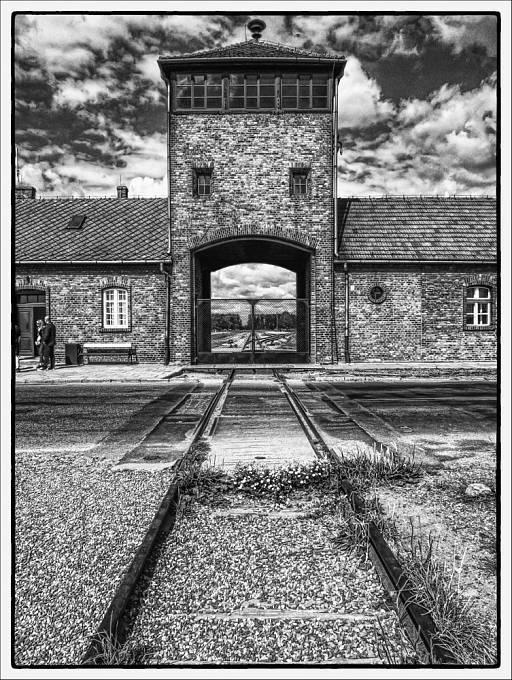 Koncentrační tábor Osvětim II - Birkenau (Březinka), brána do pekla.