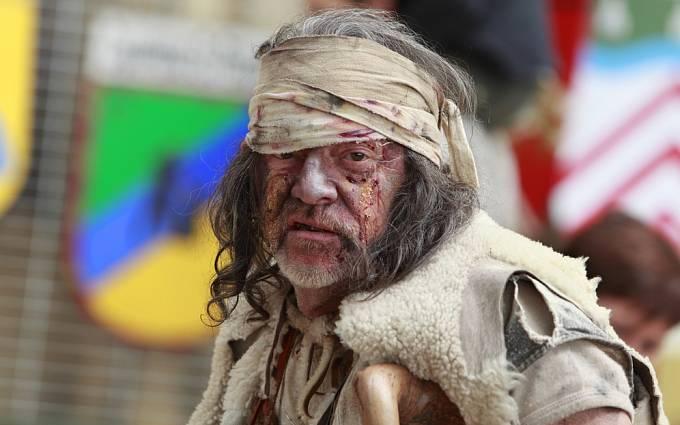 Muž převlečený za středověkého malomocného - historická přehlídka ve Francii