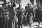 Herta Bothe a další dozorkyně po osvobození Bergen-Belsenu spojeneckými vojsky