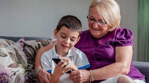Vnuk učí babičku používat vymoženosti doby. Pokud porozumí i slovníku.