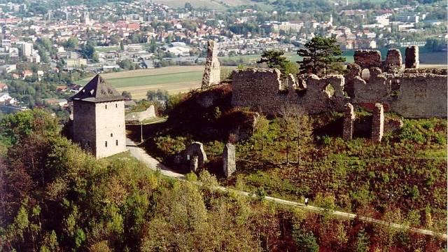 Historie oblasti, kde nyní zřícenina hradu stojí, se začala psát již v pravěku