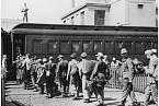 Němečtí zajatci nastupují do vlaku v Bostonu.