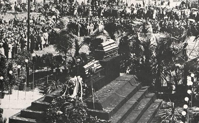 Pohřeb Tomáše Bati. Rakev Bati na katafalku, pod ní rakev osobního pilota Jindřicha Broučka.