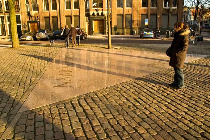 Památník homosexuálních obětí nacismu v Amsterdamu ve tvaru růžového trojúhelníku