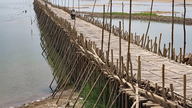 Pár metrů od tohoto světového unikátu stojí přes řeku Mekong nový betonový most, místní a turisté ho téměř nepoužívají