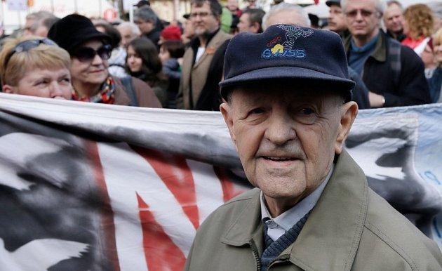 Miloš Jakeš se před odchodem z funkce stihl ztrapnit nesouvislým projevem.
