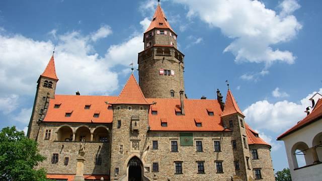 Nenechte si ujít procházku vyzdobeným přízemím hradu Bouzov s možností nahlédnout i do hradní kuchyně