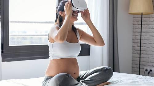 Virtuální realita může pomáhat při porodu.