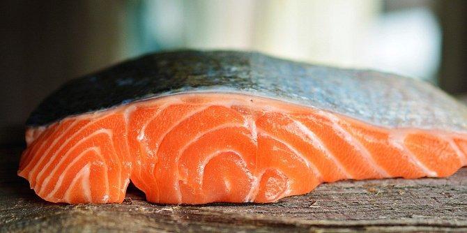 Vitamín D obsahuje losos.