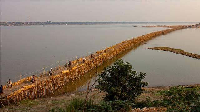Jedná se o nejdelší bambusový most na světě a je každoročně rozebírán a znovu sestavován
