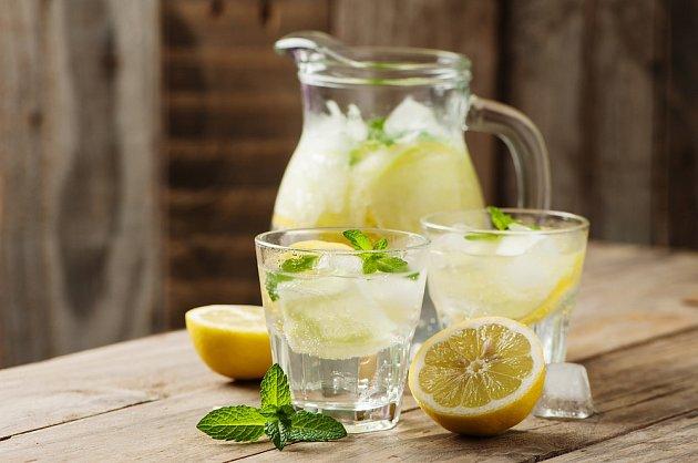 Zázvorovou vodu lze ochutit medem a citrónem.