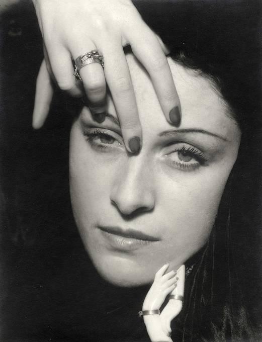Francouzská fotografka a malířka Dora Maar (Henriette Theodora Markovitch). V době seznámení s Picassem byla o čtyřicet let mladší. Byla matkou jeho dalších dvou dětí.