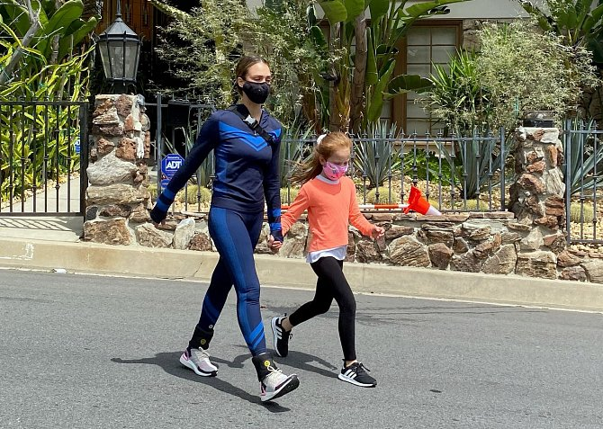 Jessica Alba posiluje i na procházce s dcerou.
