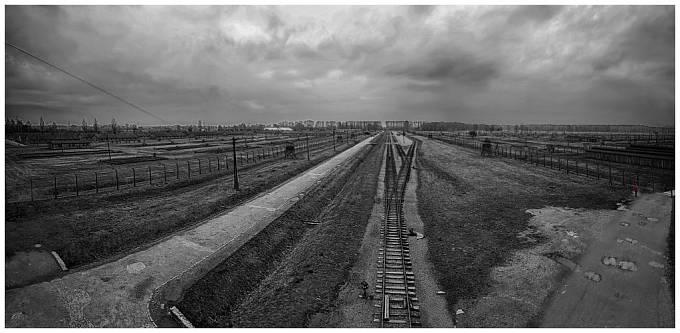 Koncentrační tábor Auschwitz-Birkenau, pohled na ze vstupní věže.