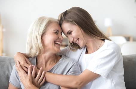 Má skvělý vztah s matkou, ale jejímu příteli to není vhod.