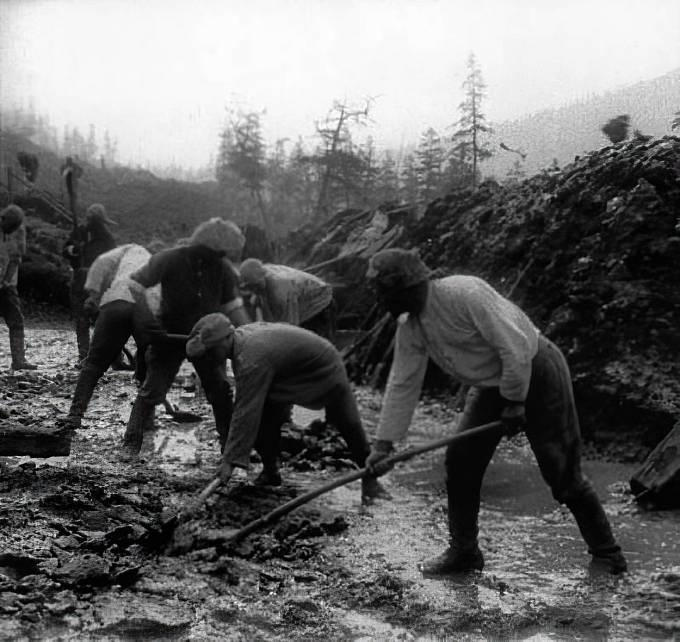 Vězni v pracovním táboře Kolyma