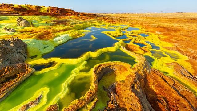 Dallol je neobyvatelný, ale jeho nádherné barvy – oranžová, zelená a žlutá – přitahují ročně mnoho návštěvníků
