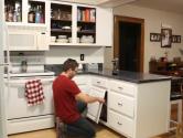 Bílá barva skříněk kuchyni rozzářila.