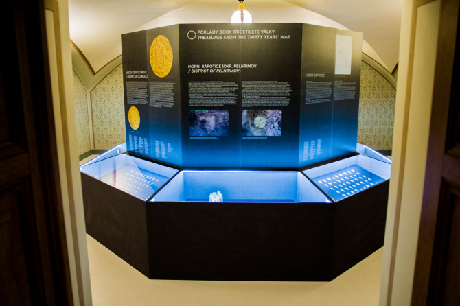 Pohled do výstavy Poklady numismatických sbírek.