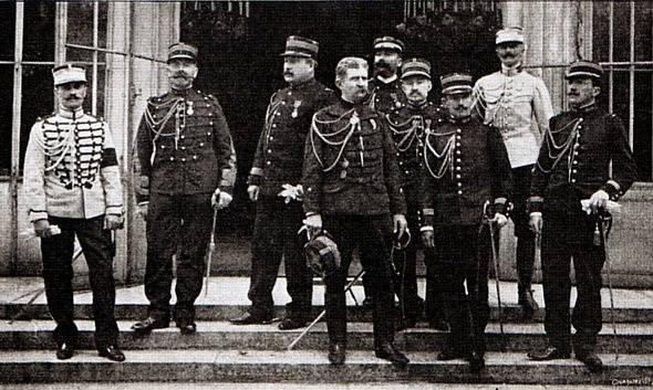 Jules Brunet už jako generál, uprostřed s čepicí v ruce